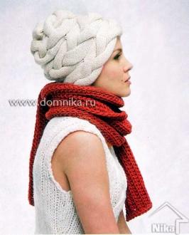 Белая шапка из кос и терракотовый шарф