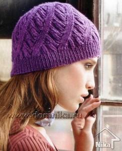 Лиловая шапка с оригинальным узором