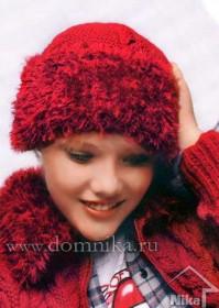 Красная шапка с меховой отделкой