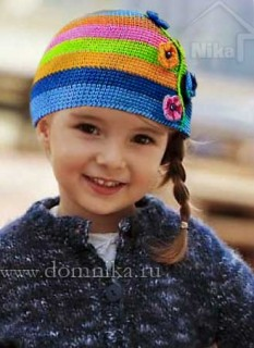 Красивая вязаная шапочка для девочки крючком