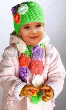 Вязаная шапочка и шарфик с цветами