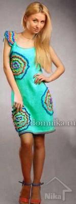 Вязаное платье с цветными кругами