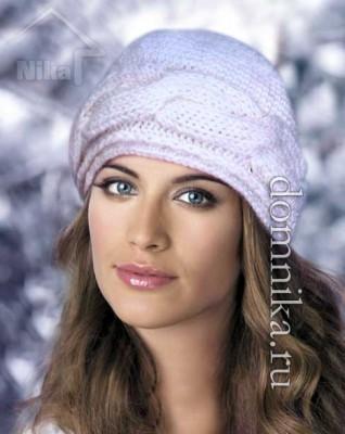 Белая вязаная шапка с косой
